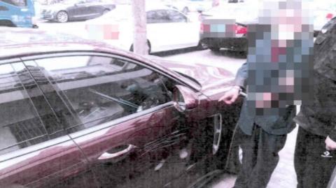 怀疑车主耍小聪明不缴费  停车收费员划伤保时捷