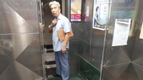 2020夏令热线·记者调查|家门口电梯频罢工 八旬翁无奈爬高楼
