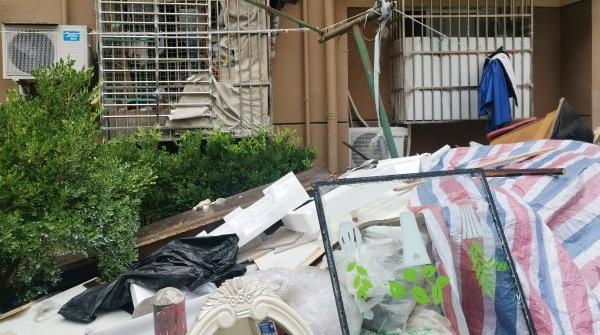 2020夏令热线·现场目击 | 窗下一堆建筑垃圾 一楼二楼不敢开窗