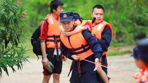 纪实 | 洪水中  他们以背为船