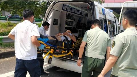 高速路口男子出车祸被卡驾驶室 武警官兵路过施急救