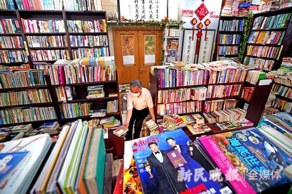 """书店""""小朱""""朱凤涛在整理各种书籍-郭新洋_副本.jpg"""