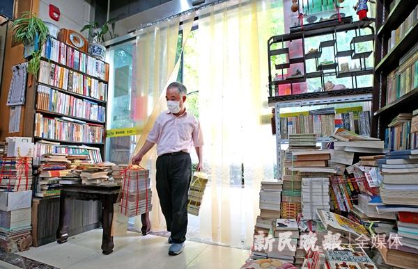 """""""小朱""""从外面收购而来的一捆捆书-郭新洋_副本.jpg"""