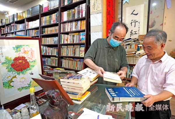 """""""小朱""""在为顾客介绍刚收来的书-郭新洋_副本.jpg"""