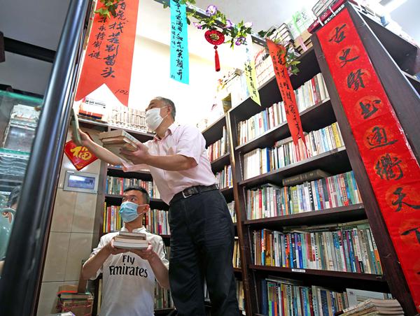 """""""小朱""""父子在分类整理各种书籍-郭新洋_副本.jpg"""