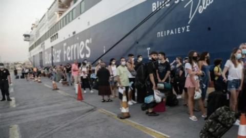 希腊迎夏季出行高峰,乘坐渡轮强制戴口罩