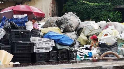 2020夏令热线·记者调查 公园和博物馆旁,停车场里藏着一违规废品回收站