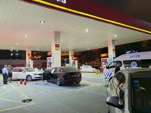 特斯拉失控冲进加油站 撞伤俩人安全气囊弹出