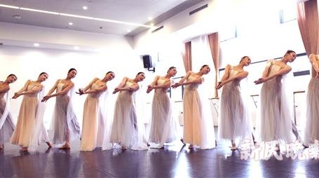 """烈日炎炎,上海歌剧院排练厅里,这群年轻舞者造了座""""广寒宫"""""""