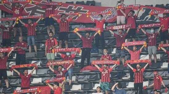 """""""京沪之战""""首次开放球迷看台引热议:这才是足球比赛该有的模样"""