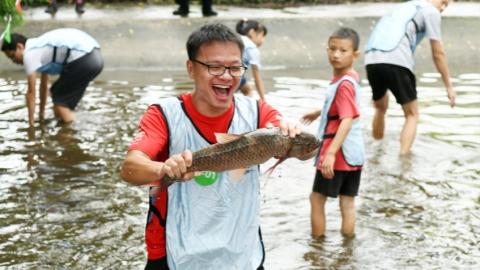 浑水摸鱼、蔬果采摘、树叶贴画……华亭镇田园农趣嘉年华,让孩子们抓住暑假的尾巴
