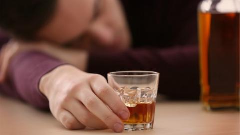 """这回""""喝大了"""" 24小时内5次盗洋酒的他被抓时竟然还在喝"""