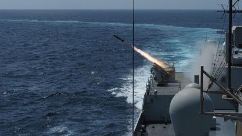 海军第35批护航编队组织实际使用武器训练