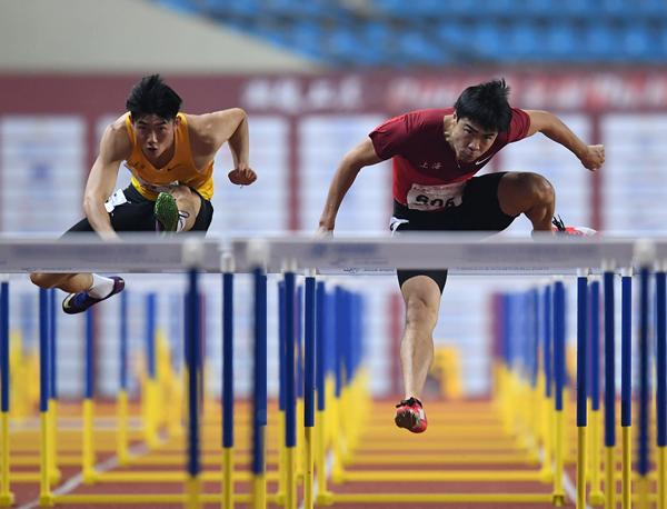 上海队选手谢文骏(右)和福建队选手曾建航在男子110米栏决赛中-新华社downLoad-20200917094300_副本.jpg