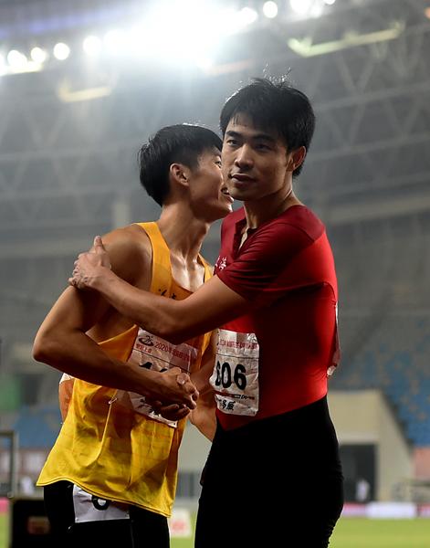 上海队选手谢文骏(右)在男子110米栏决赛后和福建队选手曾建航致意-新华社downLoad-20200917094334_副本.jpg