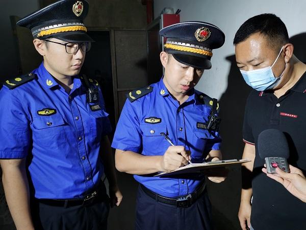 城管执法队员向施工方开具责令改正通知书.jpg