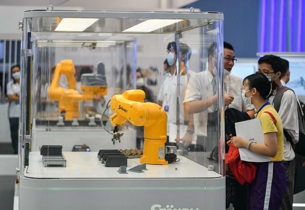 各类机械臂吸引参观者驻足.jpg
