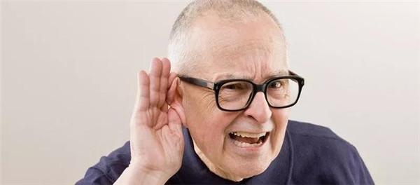 老人渴盼理想助听器
