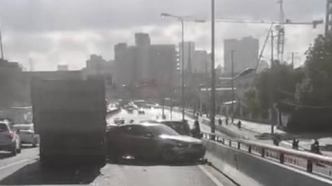 土方车下坡时撞击多车 幸无人员伤亡