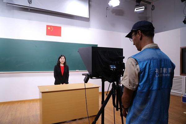 """成为学生复习好帮手 上海中小学""""空中课堂""""目前仍每天保持20万观众"""