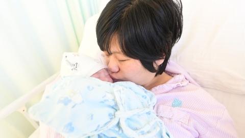 趴在妈妈怀中,和世界说你好!元旦宝宝,欢迎你们!