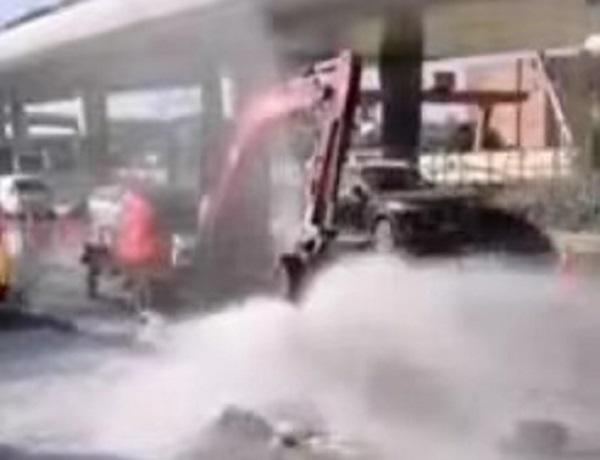 军工路翔殷路一挖掘机撞断消防栓 路面积水结冰