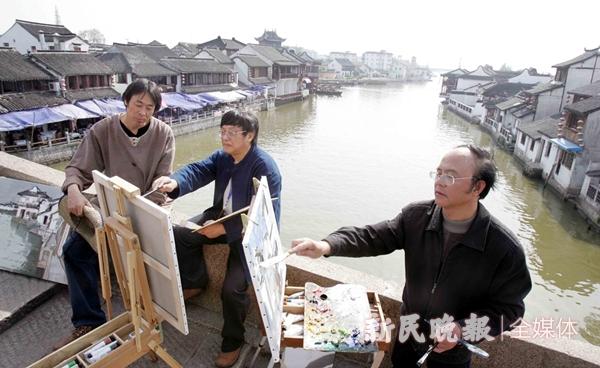 (右起)邱瑞敏、俞晓夫、白羽平在朱家角放生桥上创作-胡晓芒_副本_副本.jpg