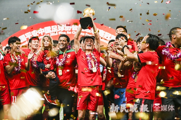 2018年11月17日,上海上港提前一轮在上海八万人体育场获得中超联赛冠军,武磊捧起了象征冠军的火神杯-李铭珅_副本.jpg