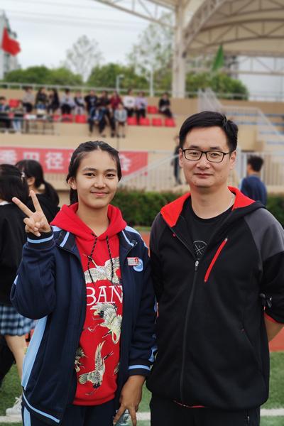 蒋飞斐和新疆同学在运动会上_副本.jpg