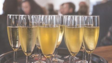 英国人疫情期间借酒消愁 香槟支出达史上最高