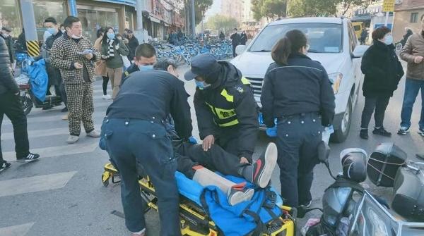今天上午杨思路灵岩南路一SUV与电动自行车相撞 骑车男子受伤