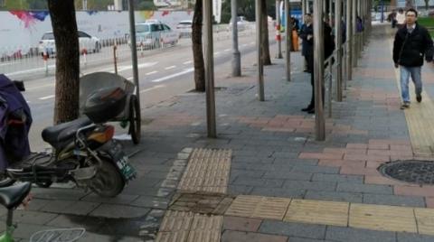 """莘庄地铁站附近这两段""""断头""""盲道何时修补?"""