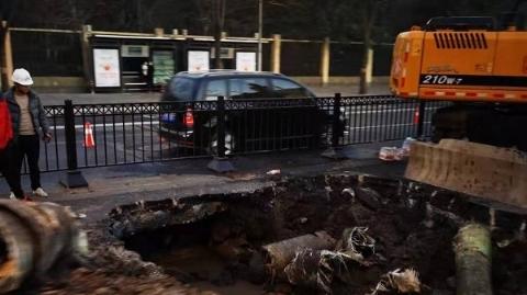 百色路龙川北路水管爆裂 目前路面已恢复通行