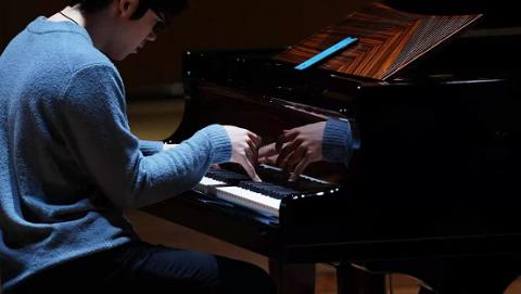"""钢琴家张昊辰为上交专属施坦威""""开琴"""":好琴有自己的灵魂"""