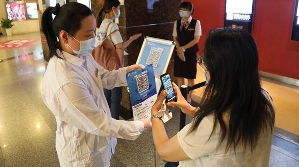 """当二维码""""困住""""老年人!上海影城是如何帮助他们走进影院看上电影的?"""