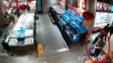 """高档白酒眨眼间被""""打折""""成了萝卜价,两男子因盗窃超市被刑拘"""
