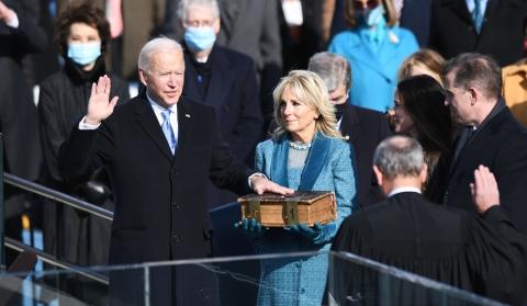 拜登就任美国第46任总统    民众在电视直播画面里再次目睹了政治的分裂