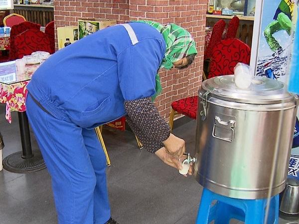冷可取暖累可歇脚!爱心菜馆连续5年为户外劳动者设免费豆浆自取点