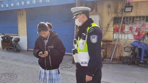 学生粗心丢手机 民警根据贴纸等到她