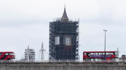 医疗重压下, 伦敦将巴士改救护车接送新冠病患