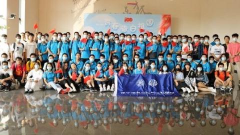 参观跨越三世纪的校园 访钱学森图书馆 上海交大新生以这场人文行走告白祖国