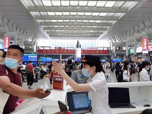 上海虹桥站心尚服务台工作人员为旅客提供咨询和引导服务 王程伟 摄.jpg