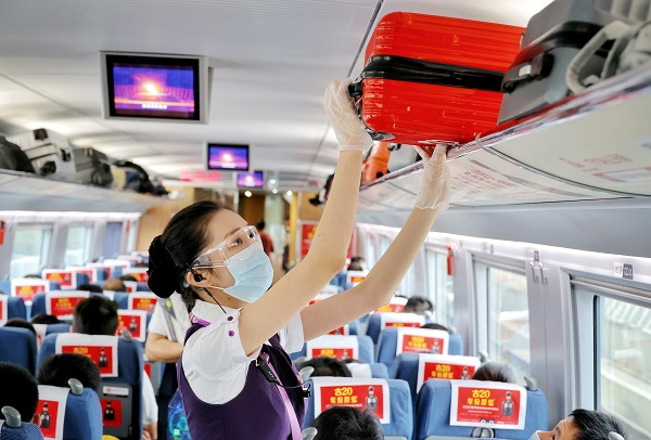 杭州客运段高铁乘务人员整理行李架上物品 周围 摄.jpg