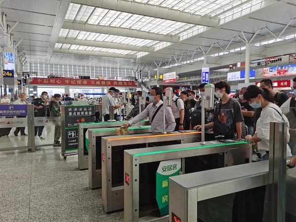 上海虹桥站旅客正在有序检票、上车 王程伟 摄.jpg
