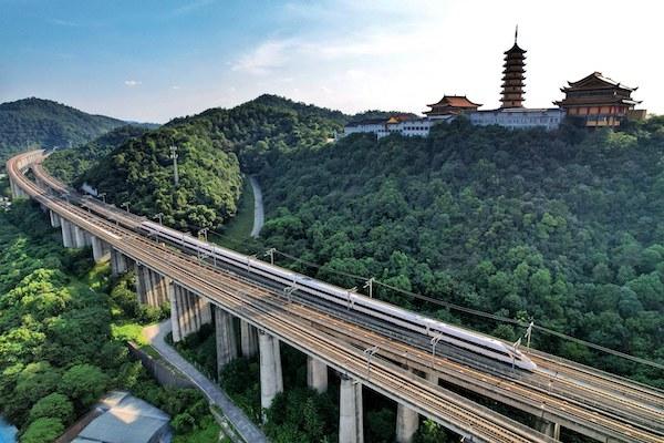 一列复兴号动车组列车行驶在杭黄高铁线路上 周围 摄.jpg