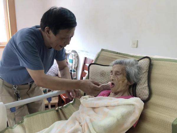 钱乃维照顾103岁的母亲李素德.jpg