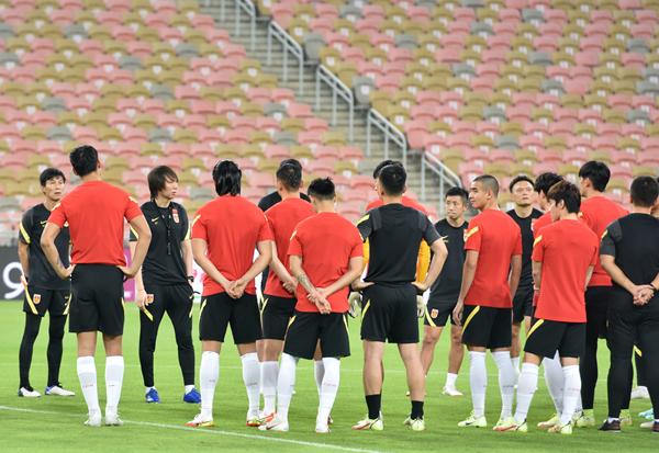中国队主教练李铁(左三)在训练中与球员们交流-新华社downLoad-20211013083514_副本.jpg