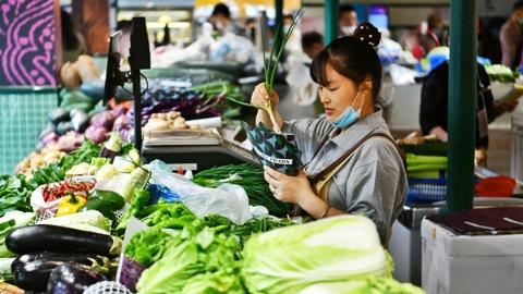 新民快评丨奢侈品包装菜场,谁是赢家?