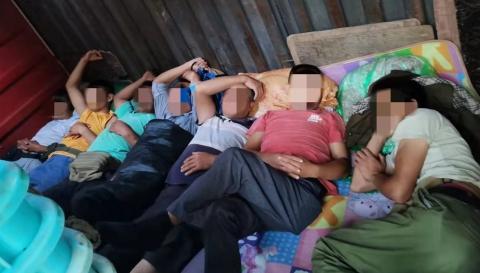 金山:厢式货车违法乘载11人被警方查处
