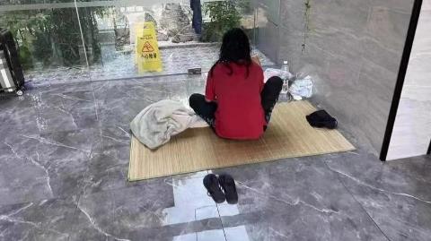年轻女子失业流浪多年 警民援手助其回家